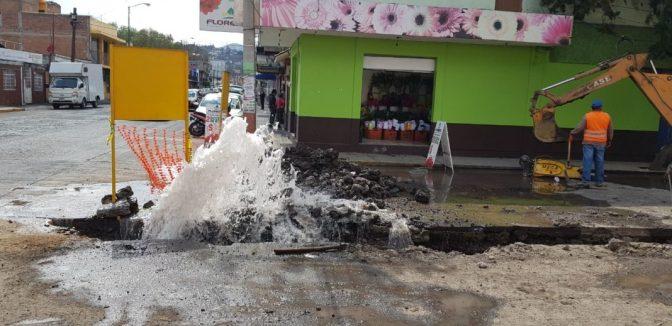 Trabajadores del ayuntamiento de Morelia reventaron un tubo de agua en Ventura Puente