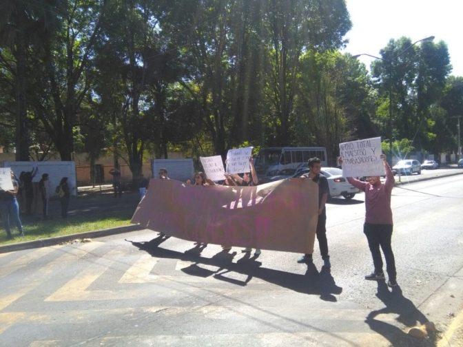 Reclaman clases estudiantes nicolaitas en Uruapan