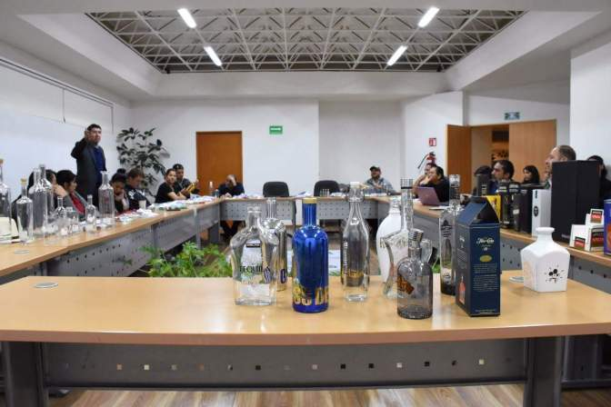 SEDECO y productores buscan nueva presentación para mezcal michoacano