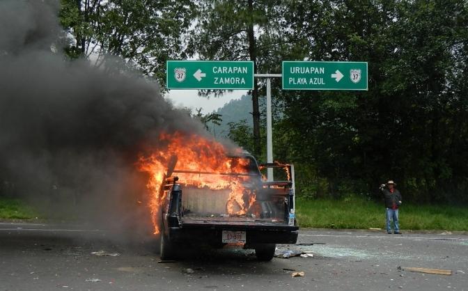 Encapuchados, con machetes y palos queman vehículo de la CFE en Uruapan
