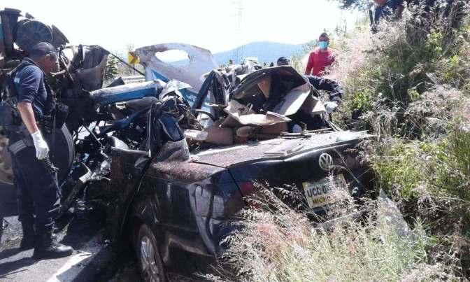 Choque múltiple deja 5 muertos y 2 heridos en Michoacán.