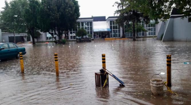 Reportan desbordamiento del Río Grande por lluvias en Morelia