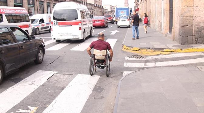Personas con discapacidad se juegan la vida en av. Madero