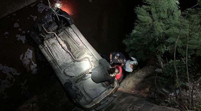 Muere vecino de la Ciudad de México tras caer en su auto a un barranco en Zitácuaro, Michoacán