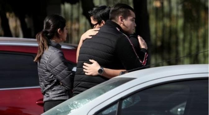 """""""Todos corrían y lloraban"""": Las voces de los padres tras el tiroteo"""