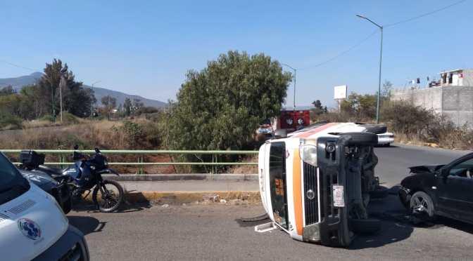 Vuelca combi tras ser impactada por un auto al norte de Morelia